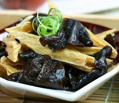 Фучжу - соевая спаржа с черными древесными грибами муэр