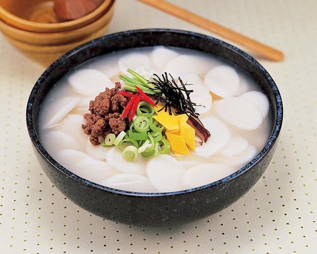Корейский суп с рисовыми клёцками Ттоккук.