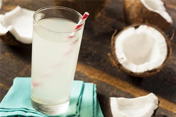 Кокосовый сок в стакане