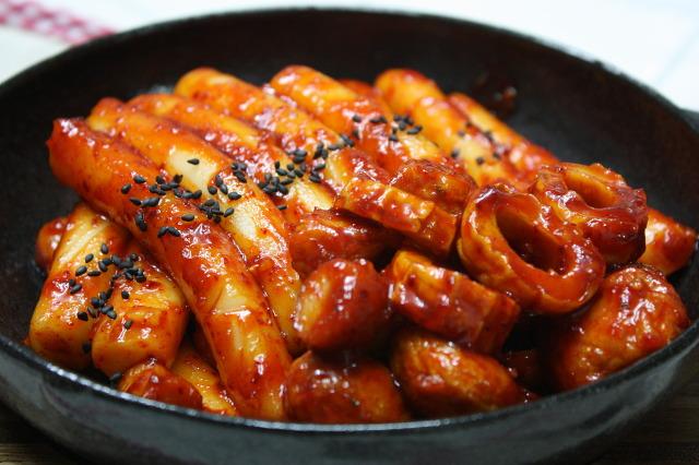 """Токпоки - острое корейское блюдо с рисовыми """"колбасками""""."""
