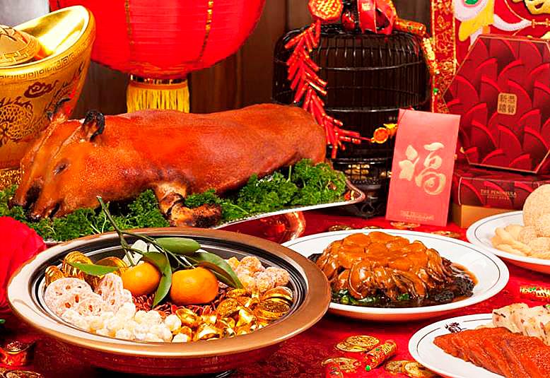 Праздничный стол в Китайский Новый год.