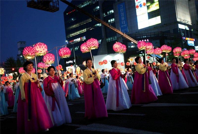 Празднование в корейских национальных костюмах.