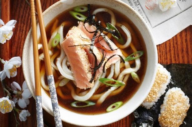 Мисо-суп с лапшой и лососем с добавлением водорослей Комбу.