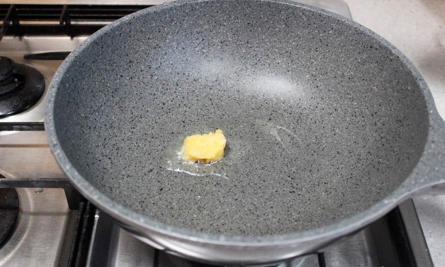 Разогретая сковорода для Поккыма с соевым мясом.