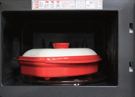 Прямоугольная сковорода-гриль Range Mate в микроволновой печи.