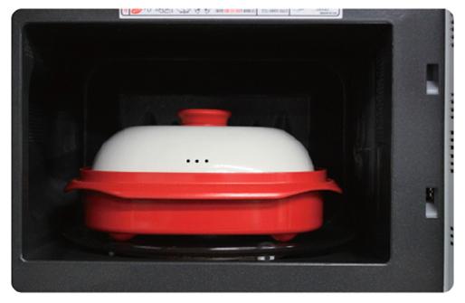 Квадратная сковородка-гриль Range Mate в микроволновой печи.