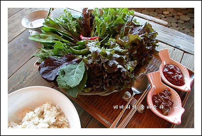 Соевая паста самдянг великолепно сочетается с любой зеленью, огурцами.