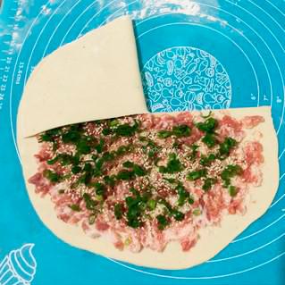 Процесс приготовления слоёного пирога с мясом.